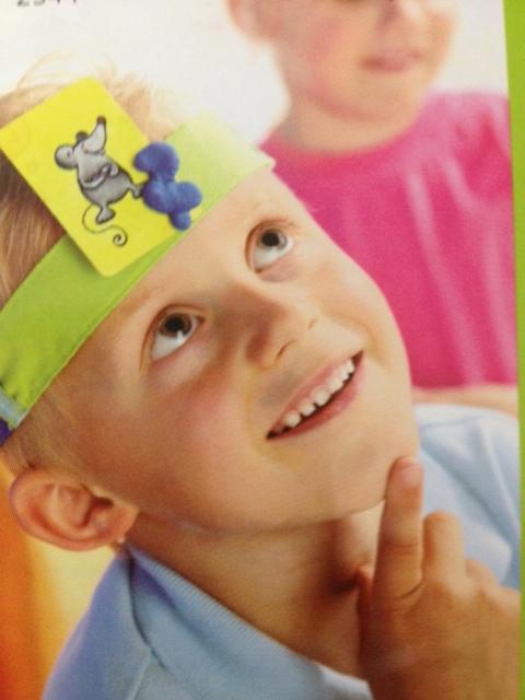 """Juego """"Dime quién soy """" : La persona que tiene la cinta en la cabeza tiene que averiguar mediante preguntas la imagen de la tarjeta"""